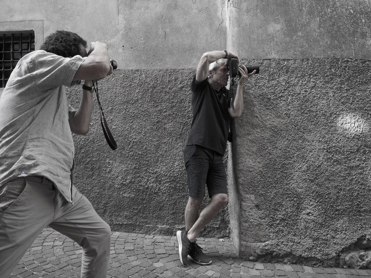2 Fotografen Profis diskutieren und lernen voneinander